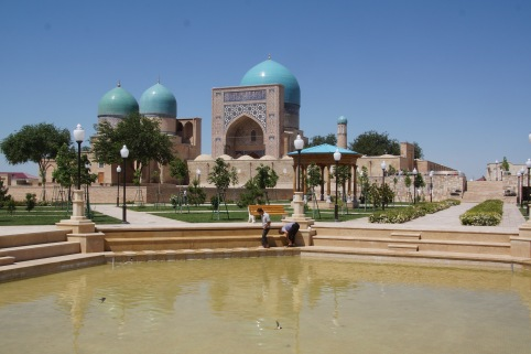 Kok-Gumbaz Mosque and Dorut Tilyovat with Pool